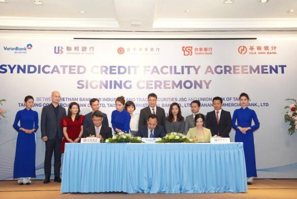 Ông Trần Phúc Vinh, quyền Tổng giám đốc VietinBank Securities ký hợp đồng vay hợp vốn với đại diện 4 ngân hàng