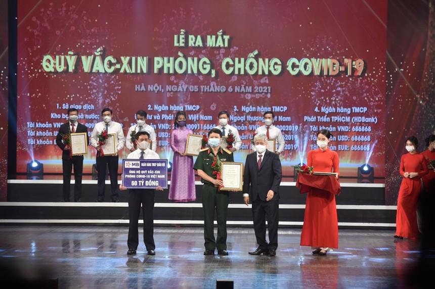 Ông Trần Minh Đạt – P.TGĐ MB trao tặng số tiền 60 tỷ cho Quỹ Vaccine phòng COVID-19