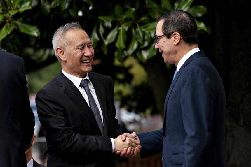 Phó Thủ tướng Trung Quốc Lưu Hạc và Bộ trưởng Tài chính Mỹ Steven Mnuchin. Ảnh: Bloomberg.