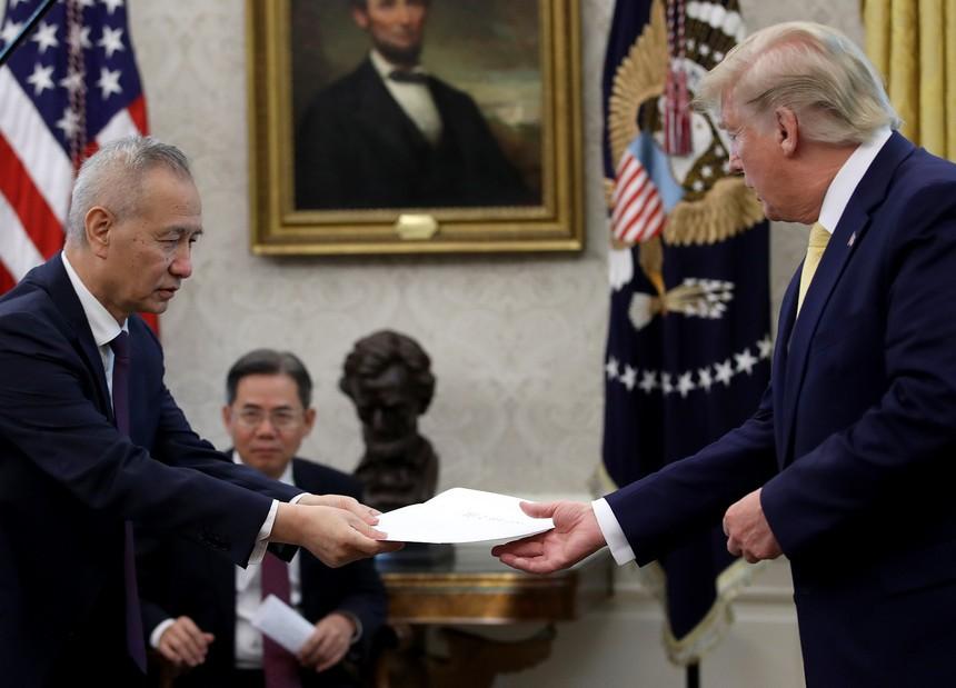 Phó Thủ tướng Quốc vụ viện Trung Quốc Lưu Hạc và Tổng thống Mỹ Donald Trump tại Nhà Trắng ngày 11/10. Ảnh: Getty Images.