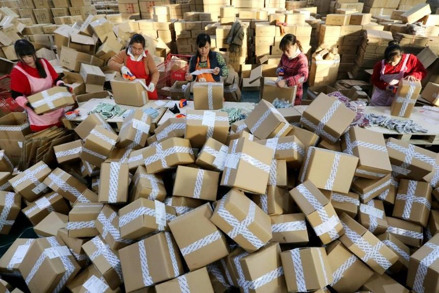 Hàng hóa được phân loại để giao hàng trong ngày 11/11 tại Liên Vâng Cảng, Giang Tô, Trung Quốc. Ảnh: AFP.