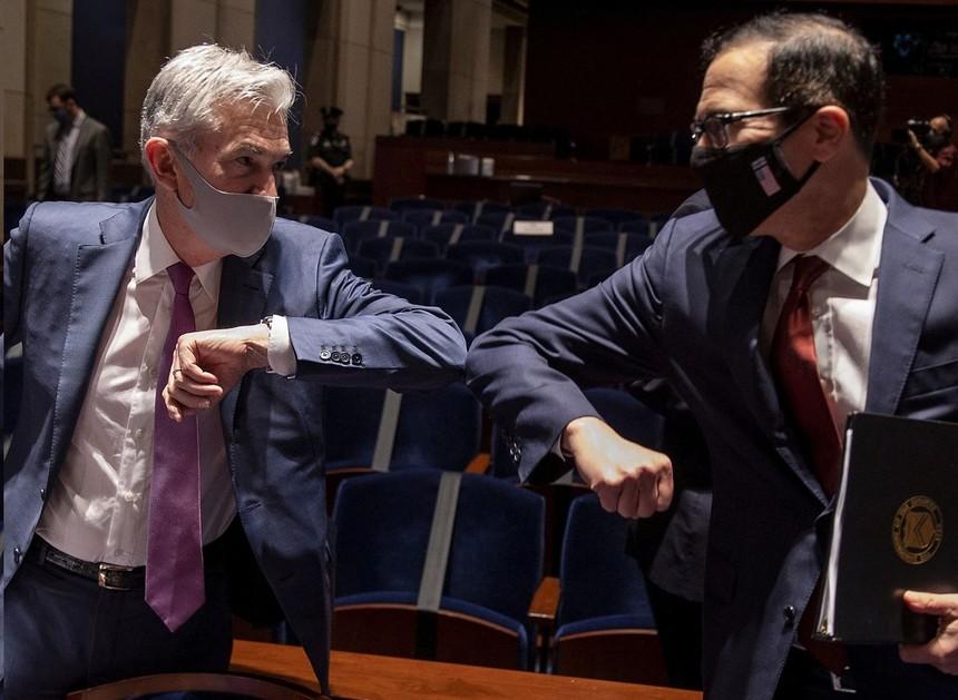 Chủ tịch Fed Jerome Powell và Bộ trưởng Tài chính Steven Mnuchin đeo khẩu trang đến phiên điều trần tại Hạ viện. Ảnh: WSJ.