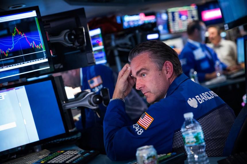 Tuyệt vọng về gói kích thích kinh tế, giới đầu tư ồ ạt bán tháo