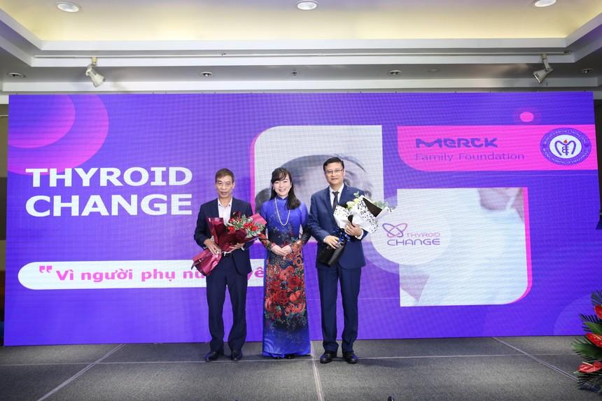 Bà Hideko Ikeda, Tổng Giám đốc Merck Việt Nam tặng hoa tri ân đại diện Bệnh viện Nội tiết Trung ương đã đồng hành trong suốt dự án.