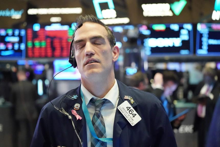 Nỗi sợ hãi gia tăng, giới đầu tư bán tháo ồ ạt