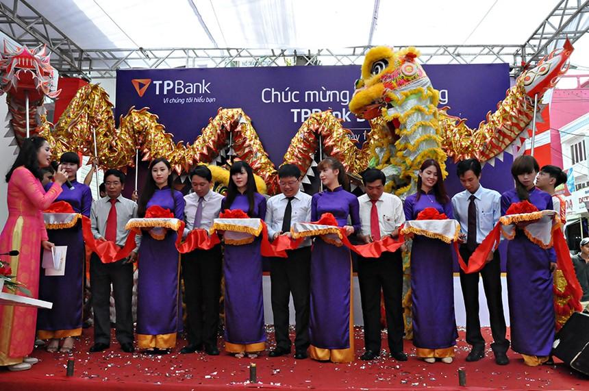 Ông Nguyễn Hưng, Tổng giám đốc TPBank cùng các đại diện cơ quan quản lý nhà nước tỉnh, thành phố Đắk Lắk tham gia cắt băng khai trương