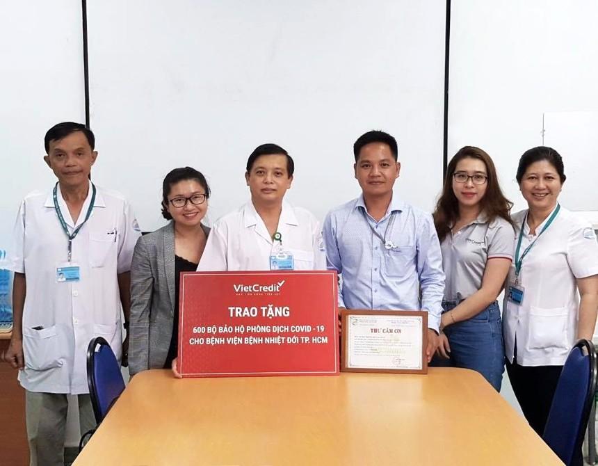 Đại diện VietCredit và Đại diện Bệnh viện Bệnh nhiệt đới TP. HCM cùng chụp ảnh lưu niệm