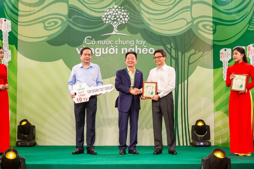 """Doanh nhân Đỗ Quang Hiển trao biểu trưng ủng hộ 30 tỷ đồng cho Quỹ """"Vì người nghèo"""" tại chương trình """"Cả nước chung tay vì người nghèo"""""""