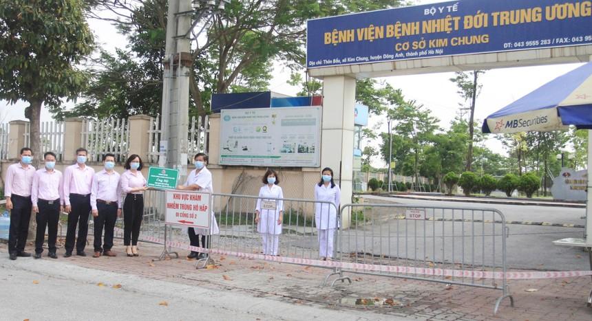 Để đảm bảo an toàn phòng chống dịch bệnh, Ngân hàng Chính sách xã hội trao quà cho đại diện Bệnh viện Nhiệt đới Trung ương (cơ sở 2 xã Kim Chung, huyện Đông Anh) bên ngoài trụ sở