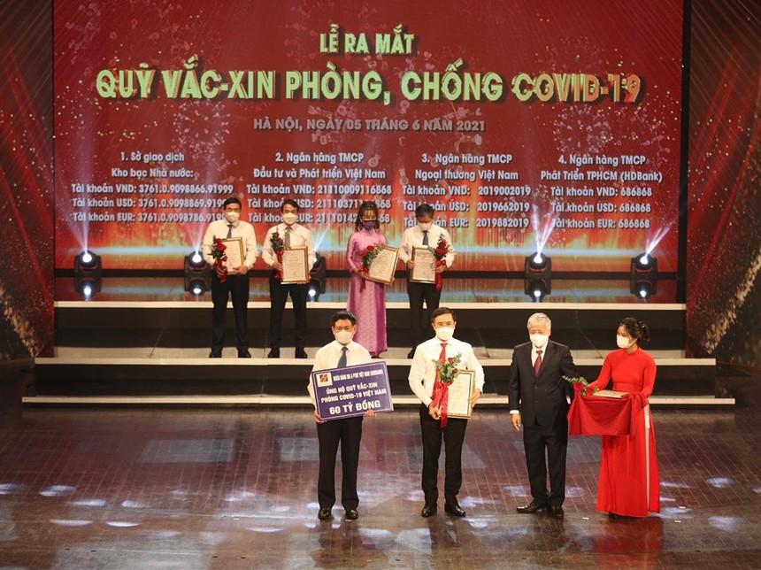 Đại diện Agribank, ông Phạm Đức Ấn, Chủ tịch HĐTV trao ủng hộ Quỹ Vaccine.