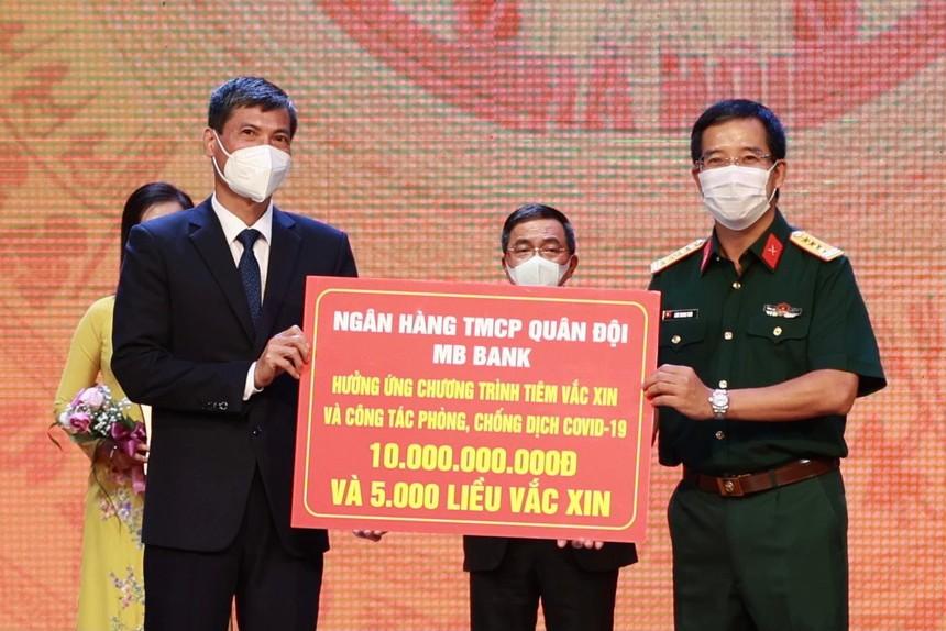Ông Lưu Trung Thái, Phó Chủ tịch Hội đồng Quản Trị, Tổng giám đốc MB đã trực tiếp trao tặng số tiền 10 tỷ đồng tới đại diện UBND TP. Hà Nội