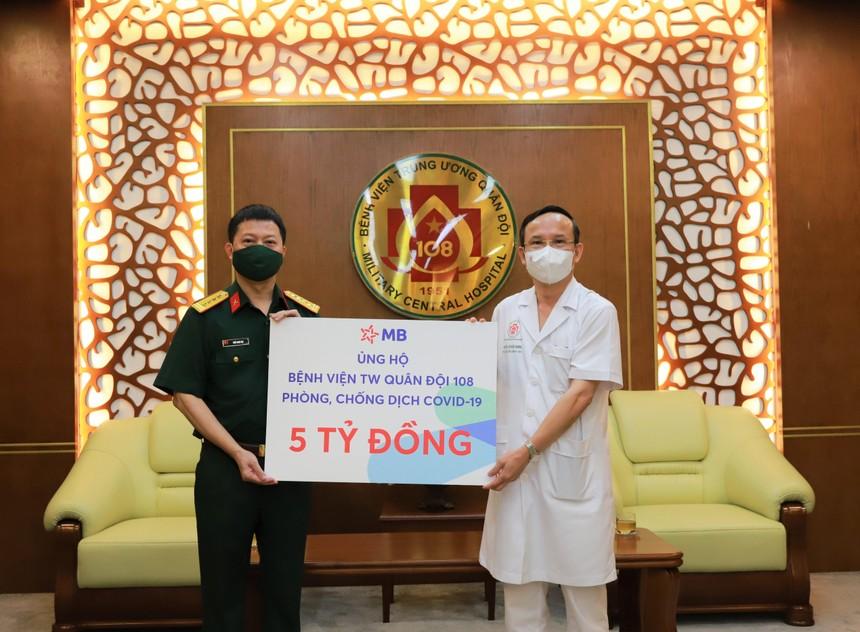 Đại tá Trần Minh Đạt, Phó tổng giám đốc MB (bên trái) đại diện trao tặng 5 tỷ đồng đến Bệnh viện Trung ương Quân đội 108