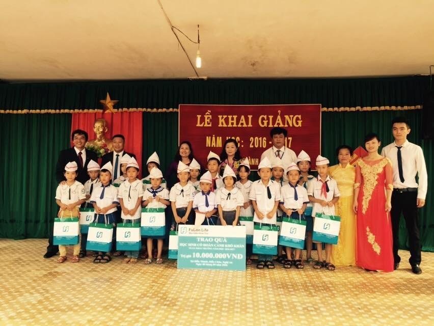 Ông Anton Chang, Tổng giám đốc Fubon Life Việt Nam trao quà cho học sinh có hoàn cảnh gia đình khó khăn tại trường Tiêu học xã Diễn Thành huỵện Diễn Châu, Nghệ An