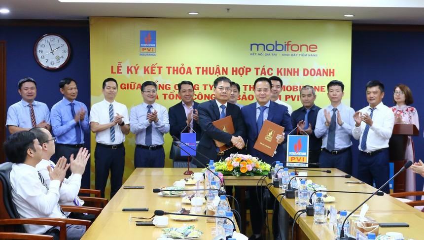 Ông Tô Mạnh Cường, Tổng giám đốc MobiFone (ở giữa, bên trái) và ông giám đốc Tổng công ty Bảo hiểm PVI (ở giữa, bên phải) ký kết Thỏa thuận hợp tác