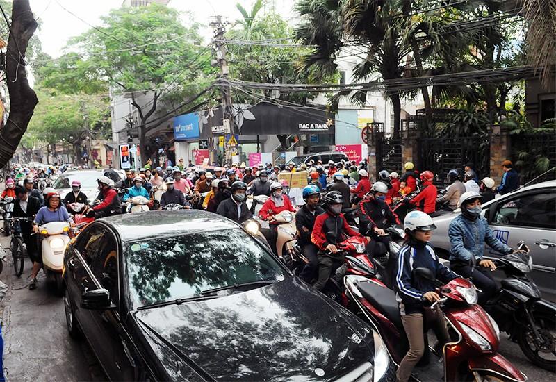 Các phương tiện giao thông ùn tắc trên đường Thụy Khuê, Nguyễn Đình Thi sáng nay