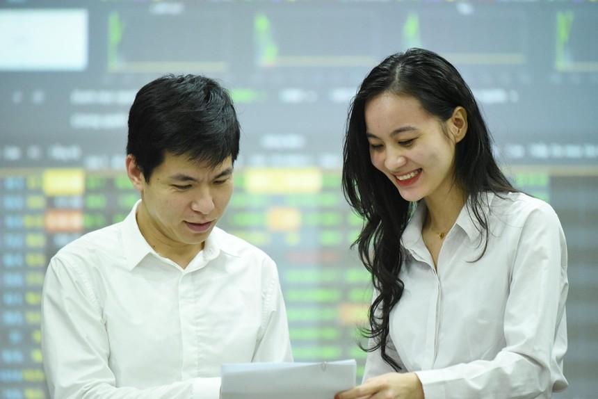 Giao dịch chứng khoán sáng 30/7: Sóng lan sang cổ phiếu bất động sản, VN-Index chinh phục mốc 1.300 điểm