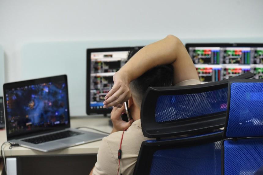 Thị trường chứng khoán: Chờ một cú sụp, không dễ