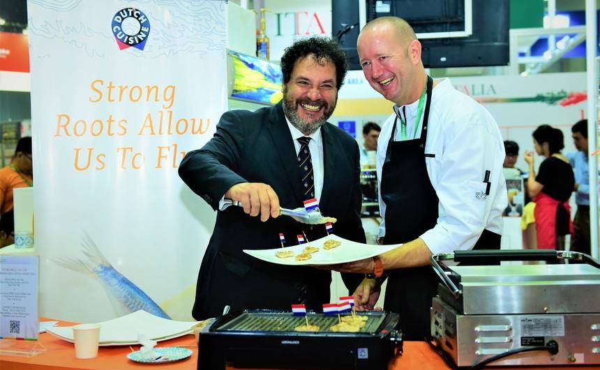 Siêu đầu bếp Michelin Michel Louws (phải) sẽ trình diễn nấu ăn ở Holland Pavilllion tại Vietnam Foodexpo 2018