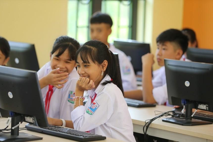 PTI tiếp tục trao tăng phòng học máy tính cho học sinh