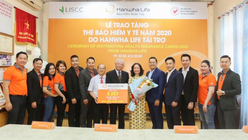 Hanwha Life Việt Nam trao tặng 3.257 thẻ bảo hiểm y tế cho người nghèo