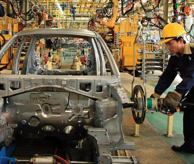 Doanh nghiệp ô tô trong nước đang đề nghị xem xét giảm thuế linh kiện nhập khẩu xuống 0% vào năm 2015
