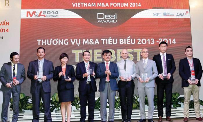 Ông Nguyễn Văn Phúc, Phó chủ nhiệm Ủy ban Kinh tế của Quốc hội trao kỷ niệm chương cho các DN được bình chọn có thương vụ M&A tiêu biểu 2014