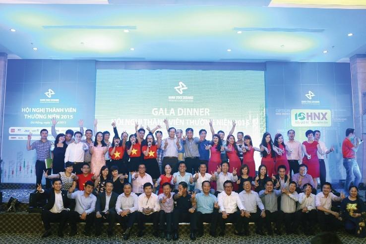 Song song với nỗ lực xây dựng TTCK Việt Nam là hoạt động giao lưu gắn kết HNX với các thành viên thị trường - Trong ảnh:Các CTCK tham gia văn nghệ, chào mừng sự kiện 10 năm song hành với HNX