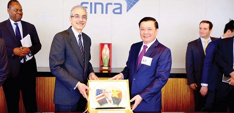 Ngày 26/6/2001, UBCK Việt Nam được công nhận là thành viên của Tổ chức Quốc tế các ủy ban chứng khoán (IOSCO), mở ra cơ hội học hỏi kinh nghiệm và hội nhập quốc tế Trong ảnh: Bộ trưởng Bộ Tài chính Đinh Tiến Dũng tặng quà cho Finra, Tổ chức giữ gìn sự liêm chính trên TTCK Mỹ