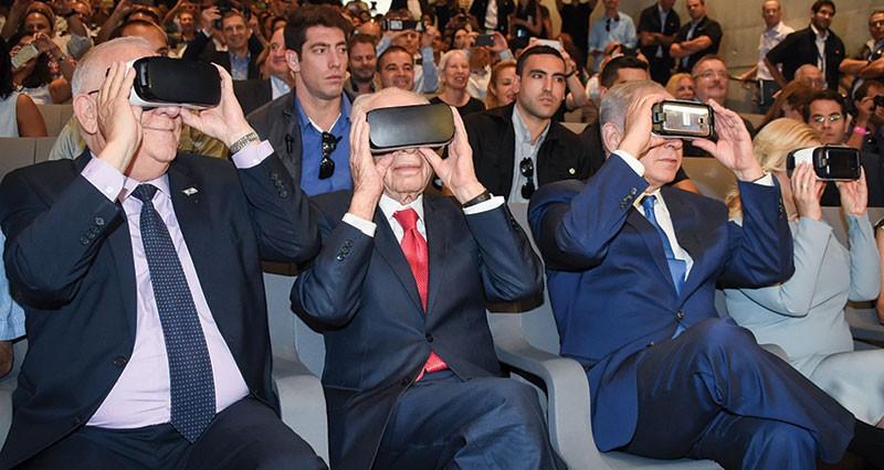 Ông Benjamin Netanyahu, Thủ tướng Israel (bên phải) sử dụng thử sản phẩm công nghệ mới