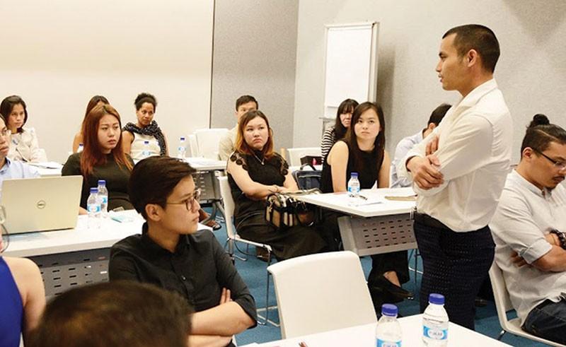 CEO Nguyễn Minh Quý trao đổi với khách hàng tại sự kiện do NOVAON và Google tổ chức tại trụ sở văn phòng Google châu Á - Thái Bình Dương tại Singapore