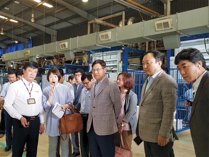 """Ông Shim Won Hwan,Tổng giám đốc Tổ hợp Samsung Việt Nam vừa có chuyến """"thị sát"""" 3 doanh nghiệp Việt Nam, bao gồm Công ty Thành Long PCB (Bắc Ninh), Công ty Hanel Plastics (Sài Đồng, Hà Nội) và Công ty HTMP (Mê Linh, Hà Nội)."""