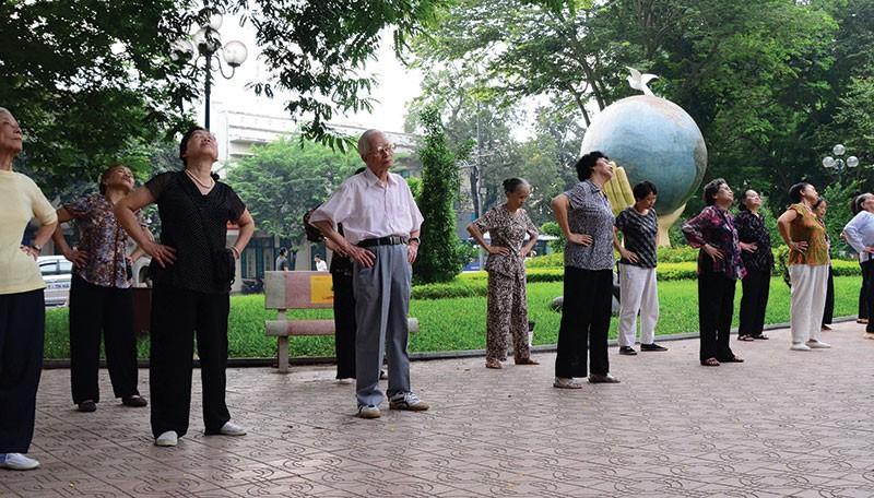 Tình trạng nghỉ hưu sớm trong bối cảnh dân số già hóa đang tạo gánh nặng lớn cho quỹ bảo hiểm xã hội