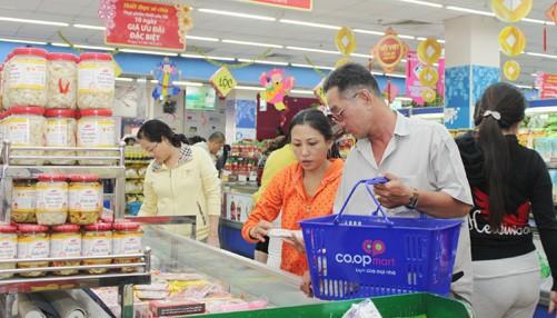 Nhiều nhà bán lẻ trên địa bàn TP.HCM đã đăng ký khuyến mãi giảm giá từ 5 - 49%. Trong ảnh: Siêu thị của Saigon Co.op đã đồng loạt giảm giá sớm