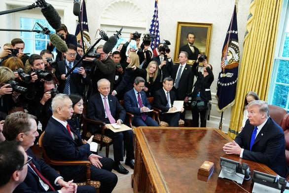 Phó thủ tướng Trung Quốc Lưu Hạc (trái) trong một cuộc gặp với Tổng thống Mỹ Donald Trump khi ông dẫn đầu phái đoàn đàm phán thương mại với Mỹ - Ảnh: AFP