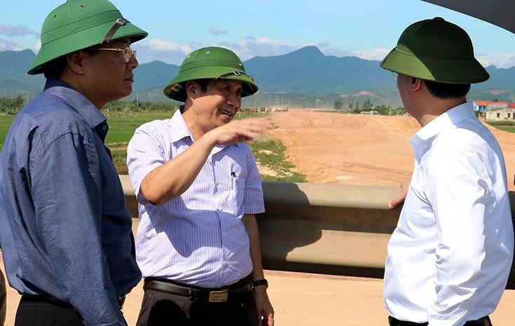 Thứ trưởng Bộ KH&ĐT Nguyễn Đức Trung kiểm tra thực địa công trình đường nối cầu Nhật Lệ 2 với đường Hồ Chí Minh.