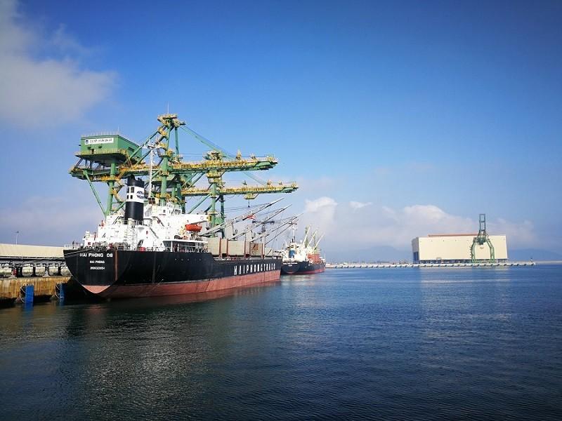 Tàu khủng chở hàng hóa xuất khẩu tại cảng Sơn Dương, Kỳ Anh, Hà Tĩnh. Ảnh VH