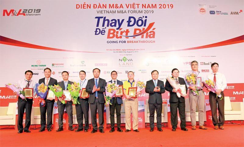 Ban Tổ chức Diễn đàn trao giải cho các thương vụ M&A tiêu biểu. Ảnh: Lê Toàn