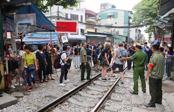 TP. Hà Nội vừa ra quân xử lý các quán cà phê cạnh đường tàu