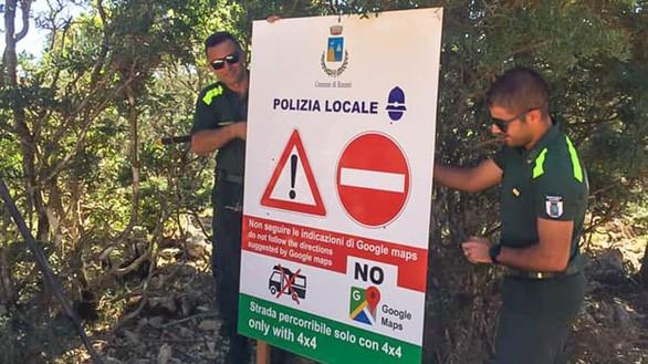 """Một biển báo chỉ đường được dựng lên ở thị trấn Baunei, phía đông đảo du lịch nổi tiếng Sardinia (Ý). Có thể thấy được cảnh báo """"No Google Maps"""" khá lớn trên tấm biển - Ảnh: Comune di Baunei / Vigili del Fuoco"""