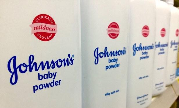 Nhiều nhà bán lẻ ngừng bán phấn rôm của Johnson & Johnson vì có chứa amiăng