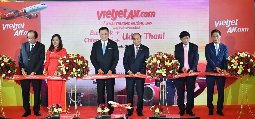 Thủ tướng Chính phủ Nguyễn Xuân Phúc, Phó thủ tướng Thái Lan Anutin Charnvirakul cùng đoàn lãnh đạo cấp cao chính phủ hai nước và lãnh đạo Vietjet trong nghi lễ khai trương 2 đường bay