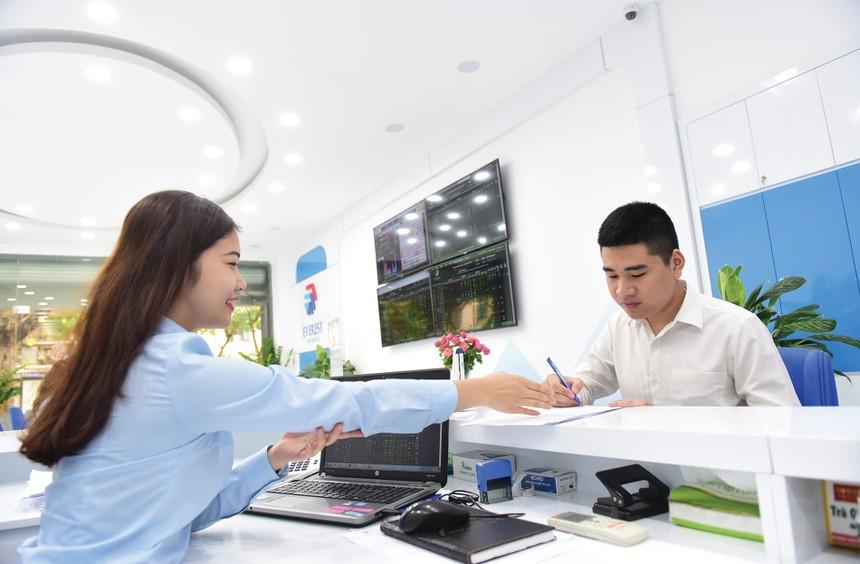Các nhóm ngành dự báo tiếp tục tích cực trong năm tới là ngân hàng, tiêu dùng, bất động sản khu công nghiệp.