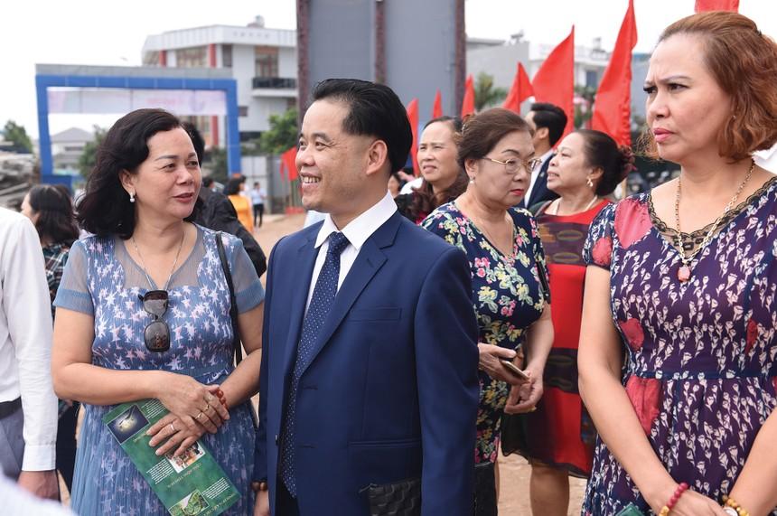Ông Phùng Văn Bộ và các khách hàng tại lễ giới thiệu dự án Green City