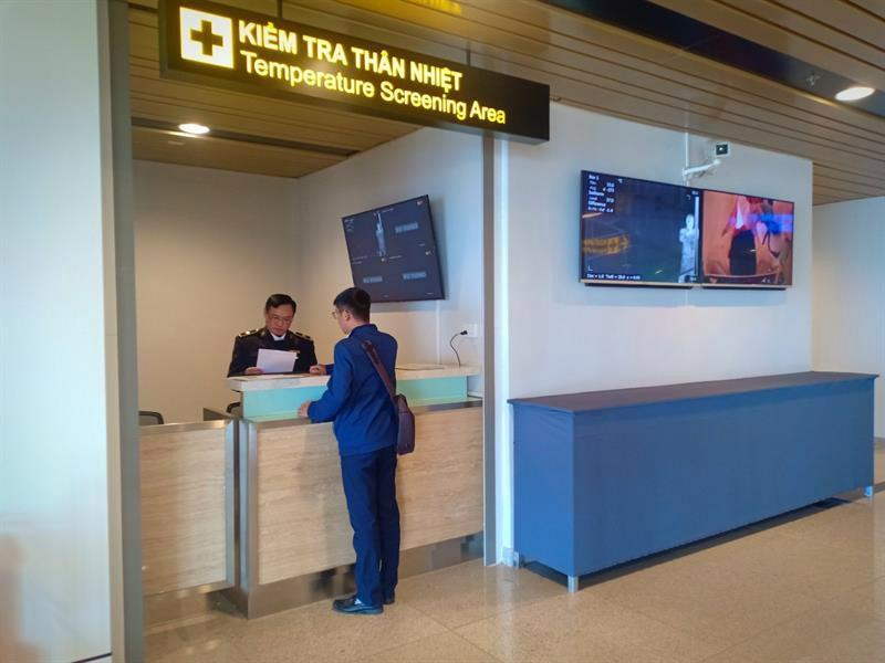 Kiểm tra thân nhiệt hành khách nhập cảnh tại Cảng hàng không quốc tế Vân Đồn. Ảnh: Minh Vương, Trung tâm Kiểm dịch y tế quốc tế Quảng Ninh
