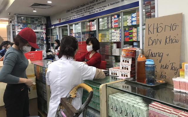 Khẩu trang, nước sát khuẩn vẫn là những mặt hàng khan hiếm. Nhiều cơ sở kinh doanh thiết bị y tế cho biết không còn hàng để bán.