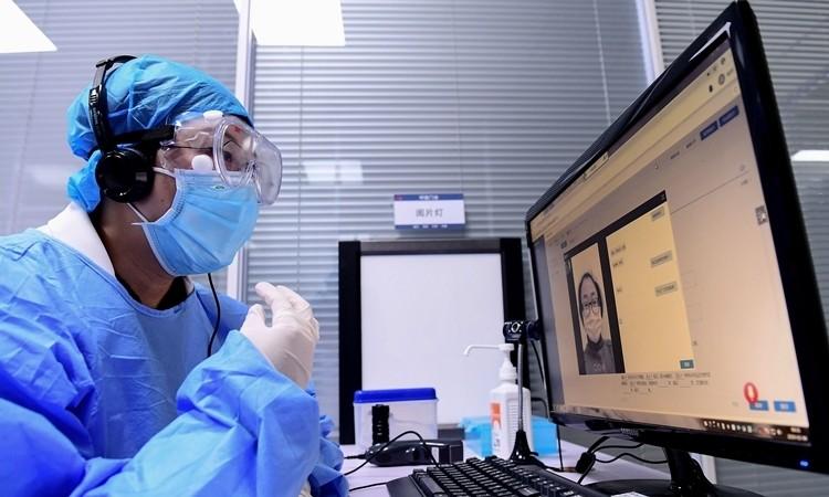 Một bác sĩ trò chuyện với bệnh nhân tại tỉnh Liêu Ninh, Trung Quốc ngày 4/2. Ảnh: AFP.