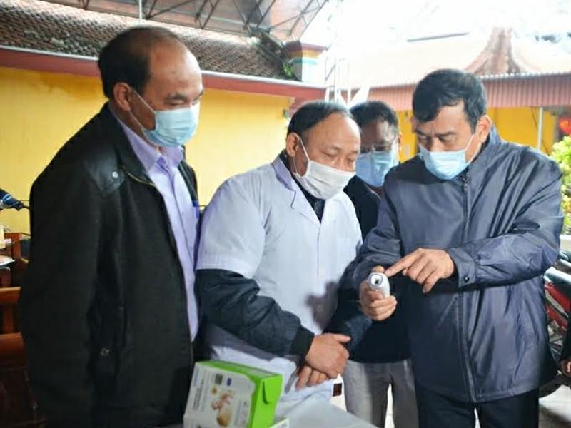 Chủ tịch UBND tỉnh Thái Bình Đặng Trọng Thăng kiểm tra máy đo thân nhiệt tại đền Đồng Bằng xã An Lễ, huyện Quỳnh Phụ.