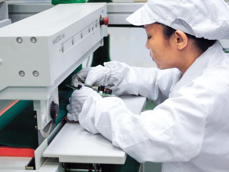 Sản lượng của các công ty gia công như Samsung, Foxconn, LG... giảm sẽ ảnh hưởng đến sản lượng xuất khẩu của Apple tại Việt Nam. Trong ảnh: Công nhân của Nhà máy Foxconn tại Bắc Ninh.