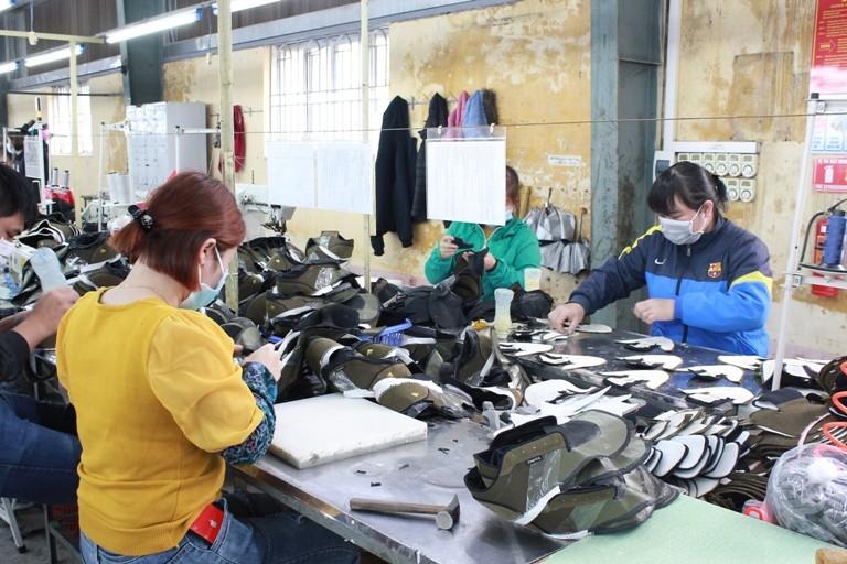 Các doanh nghiệp dệt may, da giày nỗ lực sản xuất kinh doanh trong bối cảnh bệnh viêm phổi cấp diễn biến phức tạp.