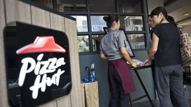 NPC International - đơn vị được nhượng quyền kinh doanh thương hiệu Pizza Hut lớn nhất nước Mỹ - đang đàm phán giãn nợ với các bên cho vay sau nhiều tháng doanh thu bết bát. Ảnh: AFP